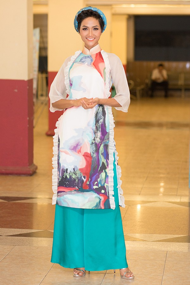 Diện trang phục áo dài, H'Hen Niê chọn son môi hồng nhạt và trang điểm mắt kĩ càng khiến cô nàng có vẻ đẹp dịu dàng, thướt tha hơn.