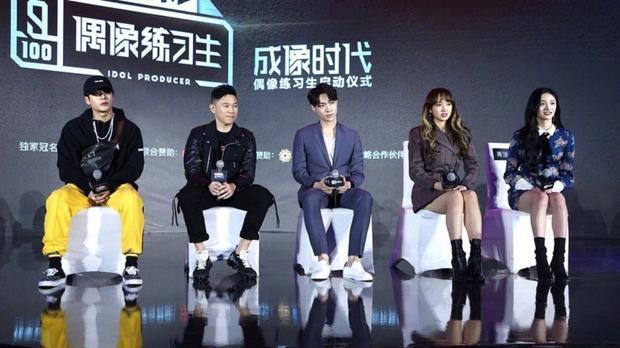 Thành viên GOT7 Jackson (ngoài cùng bên trái) ngồi trên hàng ghế cố vấn.