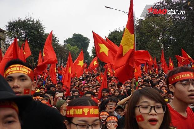 Nổi da gà với hàng chục ngàn người hát Quốc ca ở phố đi bộ Nguyễn Huệ