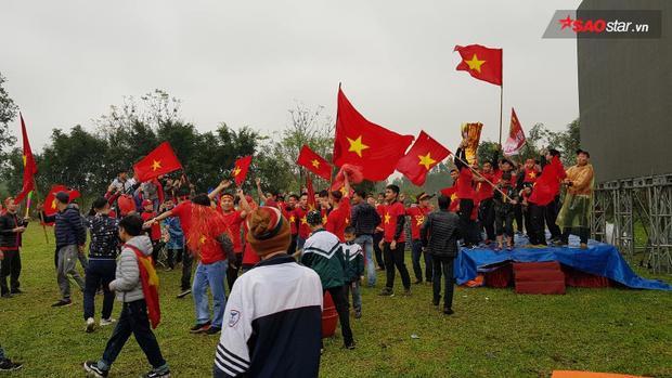 Khắp đường làng ngõ xóm tràn ngập trong tiếng hò reo, tiếng hát của CĐV.