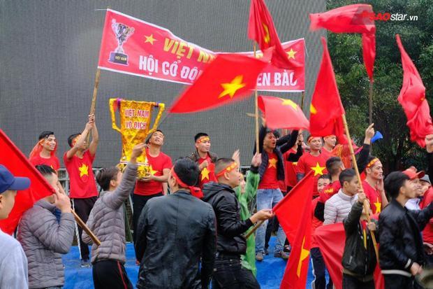 Đặc biệt, sân vận động trước nhà tiền vệ Quang Hải được lắp màn hình led.