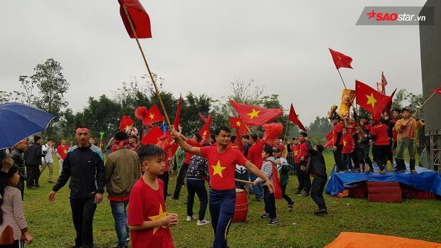 Người hâm mộ tập trung chuẩn bị diễu hành quanh sân bóng xã.