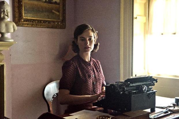 """Không chịu """"đóng đinh"""" với hình tượng công chúa mộng mơ, Lily James đang tích cực chuyển mình với những vai diễn khó, đòi hỏi khả năng diễn xuất nội tâm của người diễn viên."""