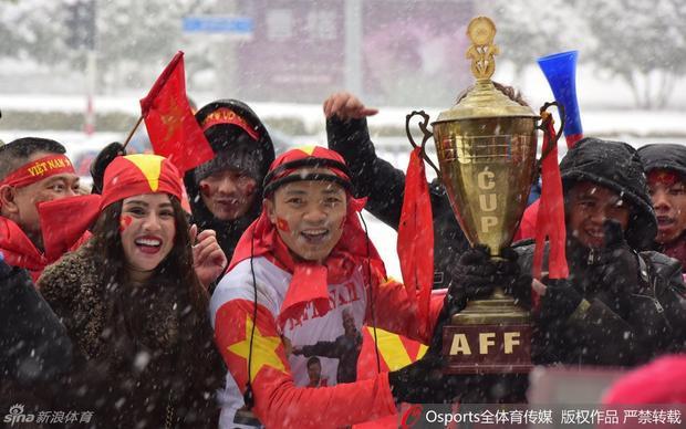 CĐV cầm cờ, đeo băng rôn và cầm cup vô địch tới cổ vũ cho đội tuyển U23 Việt Nam.