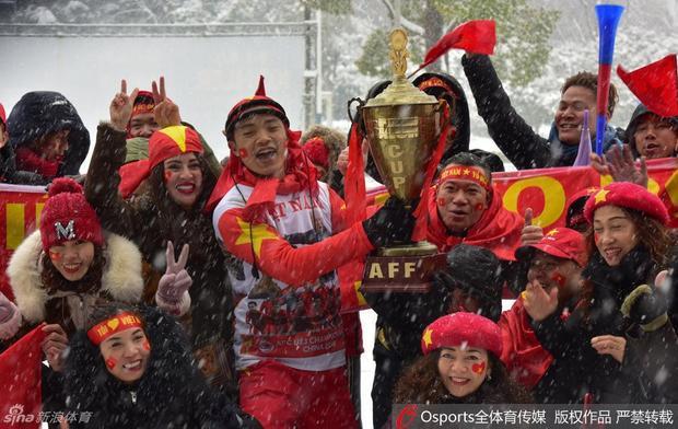 Các cổ động viên Việt Nam cuồng nhiệt cổ vũ cho đội nhà tại Thường Châu đầy tuyết!