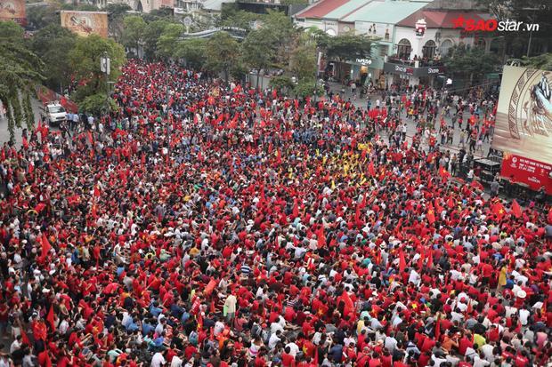 Hàng nghìn người tập trung tại phố đi bộ theo dõi và cổ vũ đội tuyển U23 Việt Nam.