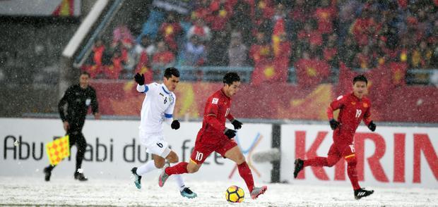 Trận đấu diễn ra dưới trời mưa tuyết. Ảnh: FOX Sports Aisa