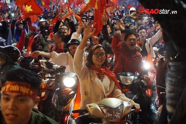Chưa bao giờ, dù đội bóng không giành ngôi vô địch nhưng người hâm mộ lại vui mừng và tự hào đến vậy.