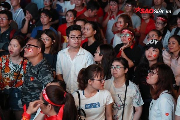 Sự tiếc nuối hiện trên gương mặt fan Sài Gòn.