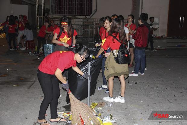 Các cô gái gạt nước mắt, tích cực dọn rác sau trận. Một hình ảnh rất đẹp, văn minh được CĐV Việt Nam thể hiện.