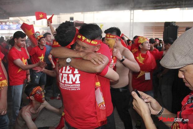 Dù nam hay nữ, già hay trẻ đều ôm nhau khóc nức nở vì hạnh phúc, sung sướng khi U23 Việt Nam thi đấu quá ngoan cường.