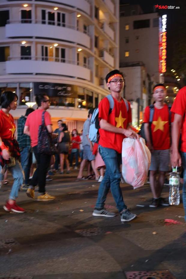 Sau khi trận đấu kết thúc, rất nhiều người đã nán lại nhặt rác.