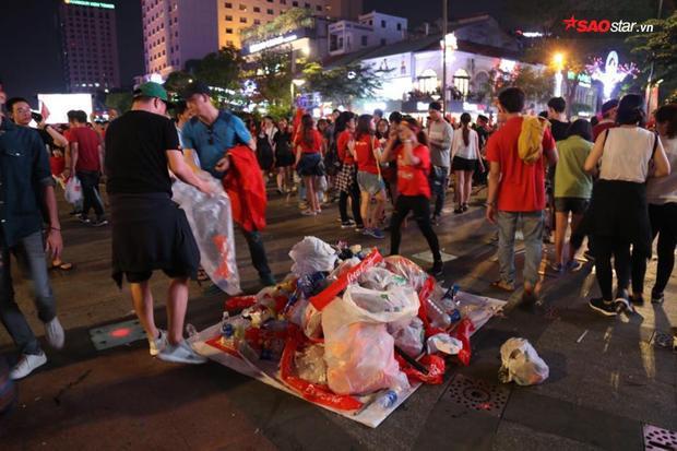 Lượng người đông đảo đổ về các tụ điểm offline khiến rất nhiều rác không được vứt đúng nơi quy định.