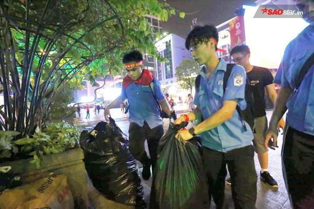 Sinh viên trường ĐH ở TP.HCM cùng nhau nhặt rác trả lại dáng vẻ sạch sẽ ban đầu cho phố đi bộ Nguyễn Huệ.