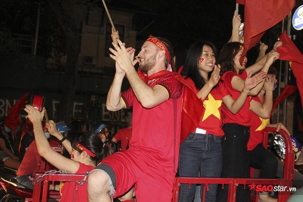 """Một du khách nước ngoài yêu bóng đá Việt cũng sôi nổi tham gia vào việc """"đi bão"""", hô hào """"Việt Nam vô địch""""."""