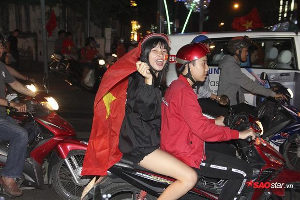 """Fan nữ liên tục vẫy cờ và hò hét khẩu hiệu """"Việt Nam vô địch""""."""