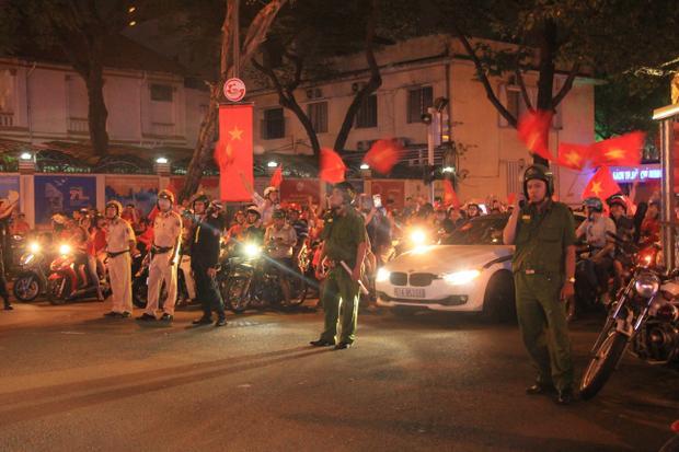 Càng về khuya dòng phương tiện càng đổ về trung tâm Sài Gòn.