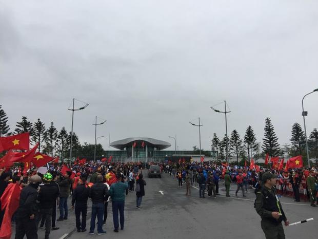 Rất đông người hâm mộ đứng chờ các cầu thủ về nước bất chấp thời tiết giá lạnh.