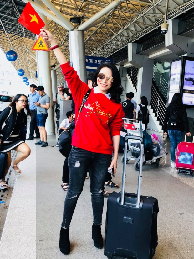 Không chỉ giữ lời hứa, trước khi về đến quê nhà, Mỹ Tâm còn cầm cờ cổ vũ cho đội tuyển Việt Nam tại sân bay.