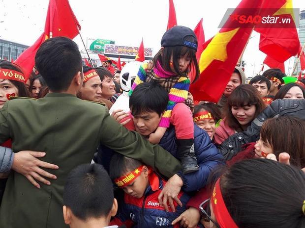 NHM chen lấn để được nhìn thấy các cầu thủ U23 Việt Nam.