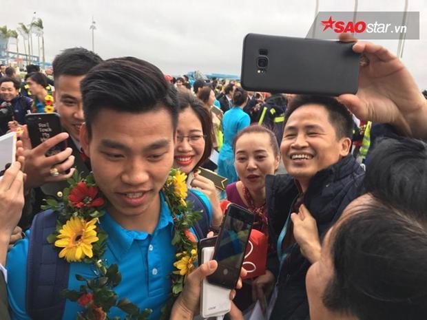 Các cầu thủ xuất hiện tại sân bay Nội Bài.