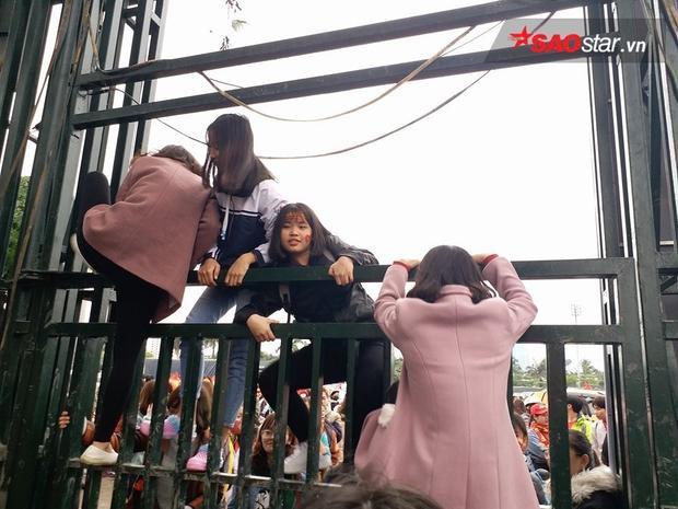 Nhiều người vẫn tiếp tục trèo vào bên trong. Ảnh: Định Nguyễn.