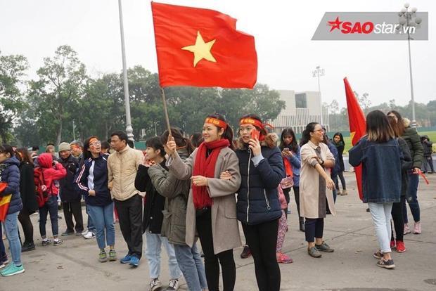 Fan mang theo rất nhiều Quốc kỳ chờ đón ở khu vực lăng Bác.