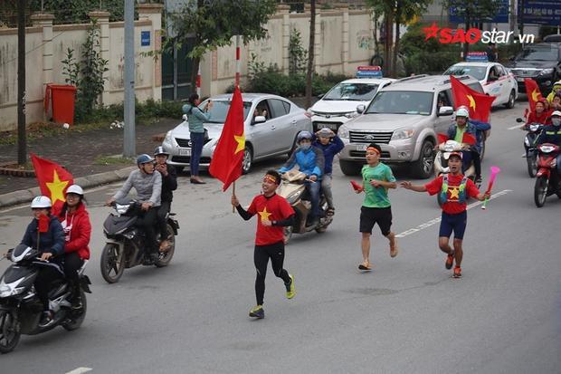 Đoàn người chạy bộ ra sân bay đón ĐT U23.