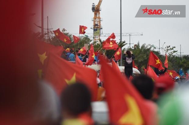 Màu đỏ phủ rợp trời Thủ đô.