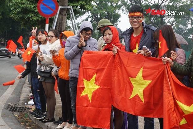 Thời tiết Hà Nội đang tạnh mưa, rất thuận lợi cho chuyến đi đón ĐT U23 của người dân.