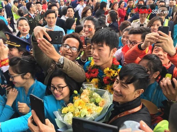 Các cầu thủ cuốn vòng hoa quanh cổ và ôm những bó hoa to đầy lồng ngực.