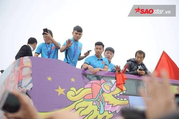 Các cầu thủ của ĐT mặc áo phông màu xanh.