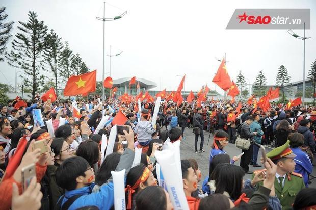 CĐV vây kín lối đi ở sân bay Nội Bài.