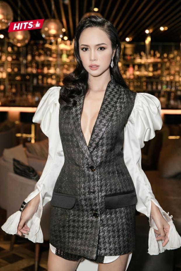 Người đẹp Vũ Ngọc Anh khoe dáng trong thiết kế vest có phần tay phồng lạ mắt. Nữ diễn viên lựa chọn theo đuổi mốt không nội y, khoe khéo vòng 1 tinh tế nhưng không hề phô phang.