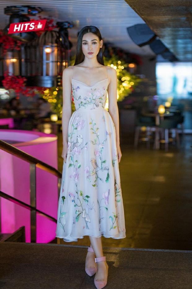 Chiếc váy màu nude thêu hoa đã thực hiện trọn vẹn sứ mệnh giúp người mẫu Thùy Trang trở nên vô cùng nổi bật. Gam màu nhẹ nhàng cùng kỹ thuật thêu đính hoàn hảo của chiếc váy khiến người đối diện không thể rời mắt. Nữ người mẫu còn hoàn thiện tổng thể bằng cách phối cùng giày hợp tông màu.