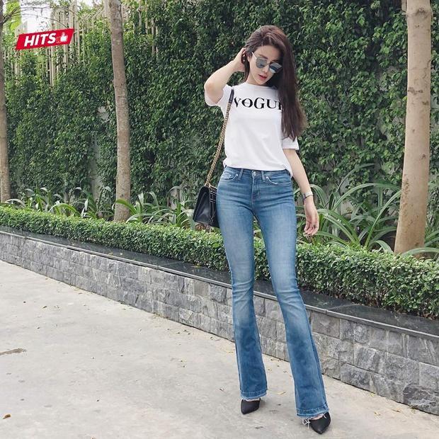 1 gợi ý xuống phố theo phong cách nhẹ nhàng, năng động của Diệp Lâm Anh, chỉ cần áo phông và quần jeans, các cô nàng đã vô cùng nổi bật. Tuy nhiên, trông có vẻ đơn giản nhưng set đồ toàn các items hàng hiệu đủ khiến các tín đồ thời trang ngưỡng mộ: áo phông Vogue, túi Diorama, kính chuồn chuồn.