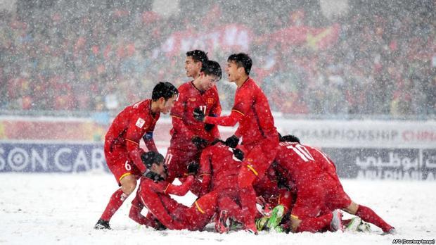 Bức ảnh của U23 khiến cho khán giả quê nhà ấm áp dù quanh họ phủ toàn tuyết trắng.
