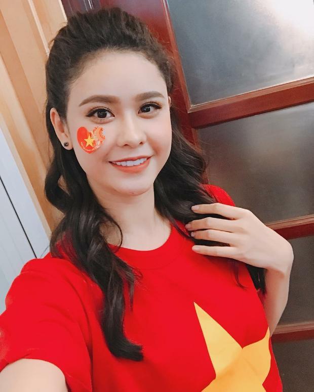 Trương Quỳnh Anh cũng không khỏi tự hào mặc trên mình chiếc áo hình lá cờ của Tổ quốc.