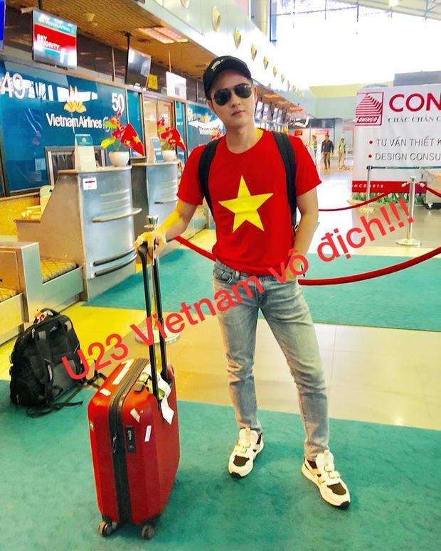Thanh Duy Idol với thời trang sân bay đơn giản nhưng đầy lòng tự hào dân tộc.