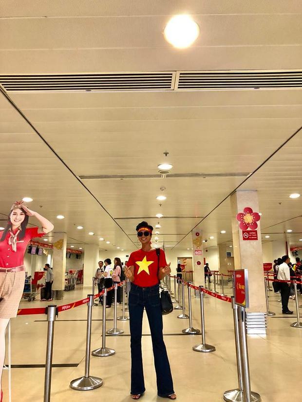 Hoa hậu Hoàn Vũ H'Hen Nie khoe chân dài thẳng tắp khi phối áo thun hình sao vàng với quần ống loe thời thượng.