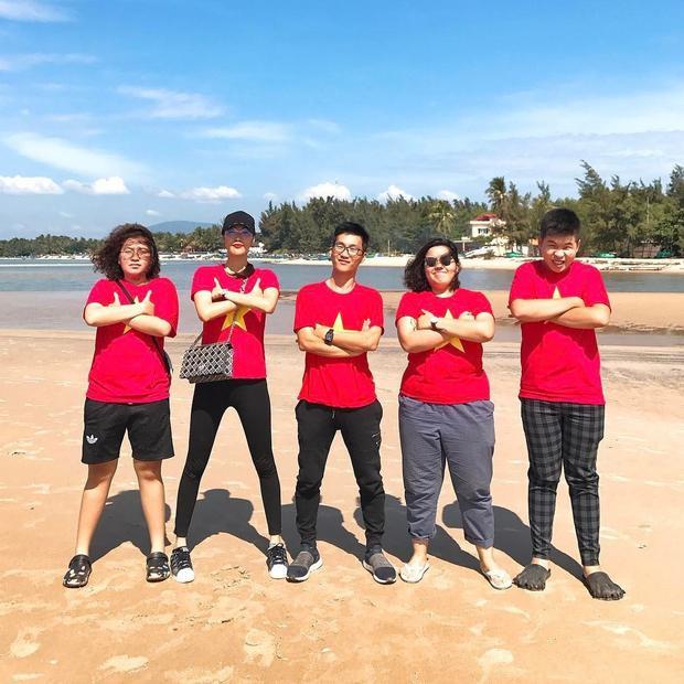 Lan Khuê cùng bạn bè tự hào diện áo hình cờ đỏ sao vàng.