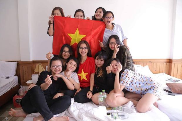 Minh Tú nổi bật trước dàn fan hâm mộ với áo thun hình Quốc kỳ.