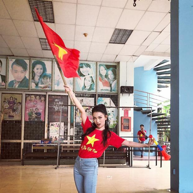"""Sỹ Thanh diện áo thun đỏ có dòng chữ """"Tôi yêu Việt Nam"""" kết hợp với quần skinny jeans sáng màu."""