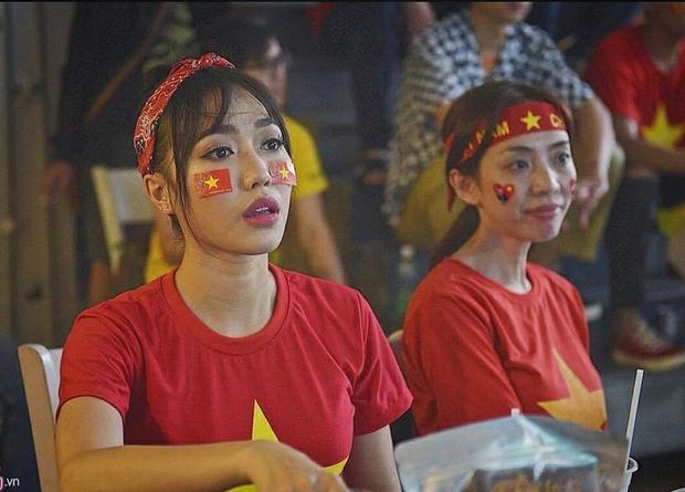 Diễn viên Diệu Nhi và Thu Trang đích thị là những cổ động viên cuồng nhiệt khi không những diện áo hình Quốc kỳ mà đến phụ kiện như khăn turban cũng chọn cùng tone đỏ.
