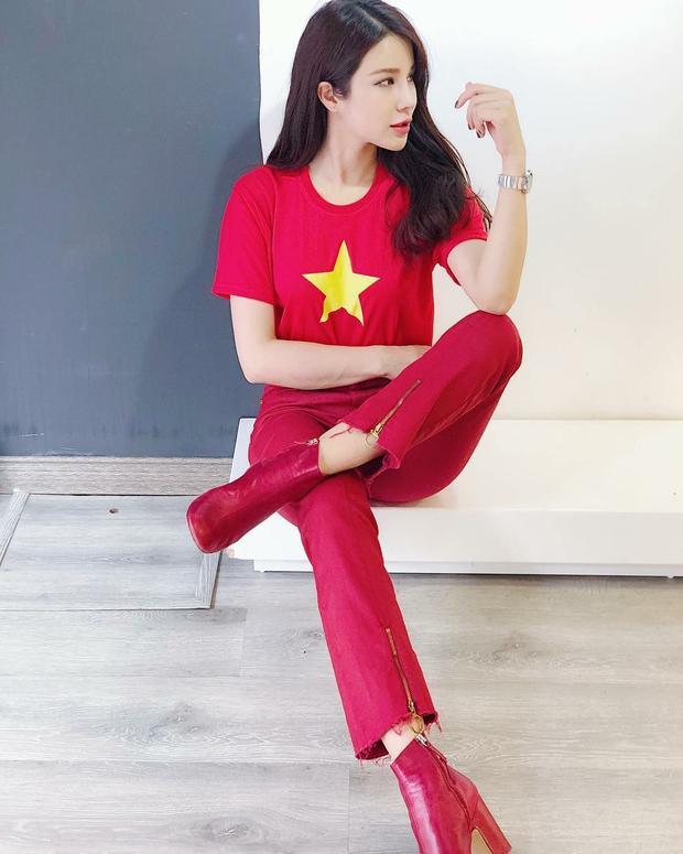 Diệp Lâm Anh đi cổ vũ vẫn không quên mặc đồ sành điệu. Với làn da trắng sứ, chân dài chọn set đồ full đỏ vô cùng nổi bật.