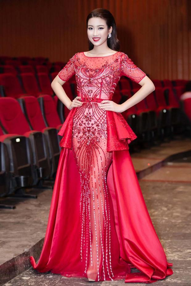 Những gam màu rực rỡ cũng được Mỹ Linh ứng dụng thường xuyên tại các sự kiện. Với làn da trắng sứ, Hoa hậu Việt Nam 2016 thật sự tỏa sáng nhờ màu sắc nổi bật của chiếc đầm đỏ rực này.