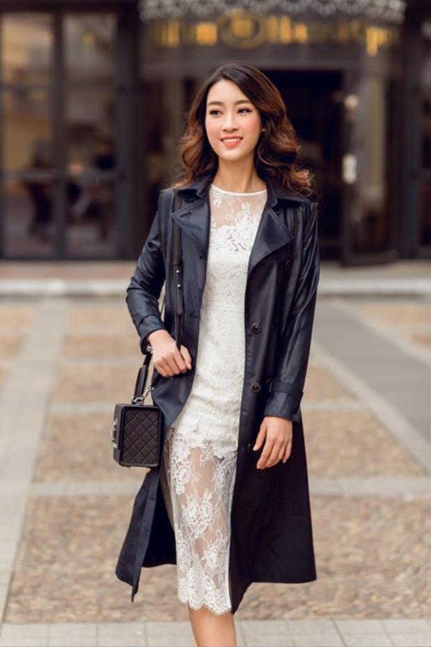 Chân váy ren diện cùng áo khoác da dáng dài là một sự kết hợp vô cùng độc đáo mà hoa hậu Đỗ Mỹ Linh lựa chọn trong một lần dạo phố khiến không ít fan nữ học hỏi theo.