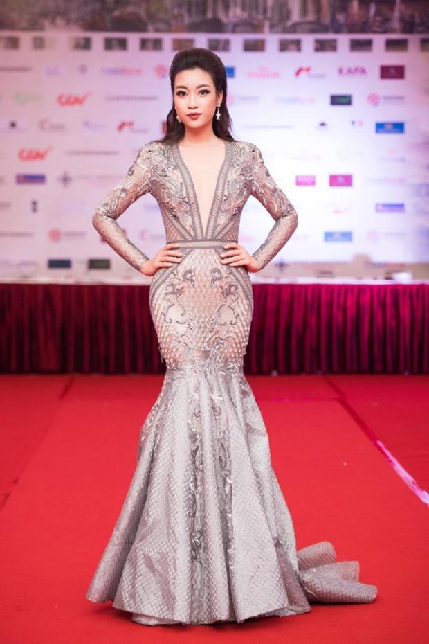 Tham dự sự kiện thảm đỏ Liên hoan phim Quốc tế Hà Nội hồi đầu tháng 11/2016, Đỗ Mỹ Linh gây chú ý khi diện chiếc đầm hở bạo vòng một đầy gợi cảm. Đây được đánh giá là trang phục sexy nhất của Hoa hậu Việt Nam 2016 kể từ khi đăng quang.