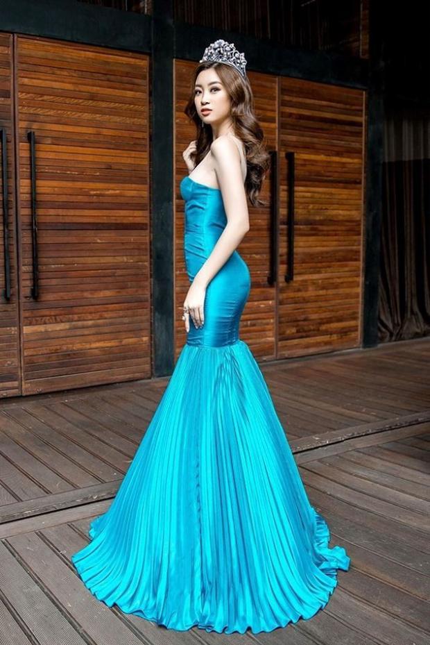 """Tại một sự kiện khác, hoa hậu gây ấn tượng bằng cách """"chơi trội"""" với màu sắc. Mỹ Linh chọn mặc chiếc đầm màu xanh biển nổi bật với kiểu dáng cúp ngực cùng phần dập ly cầu kì ở đuôi váy vô cùng lộng lẫy."""