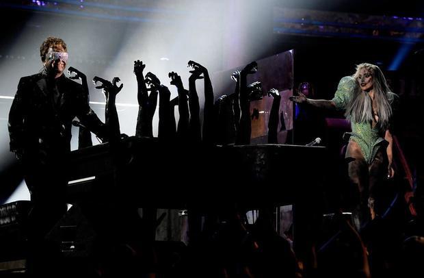 Elton John cũng từng kết hợp với một nghệ sĩ trẻ trên sân khấu, điển hình là Lady Gaga tại Grammy năm 2011.